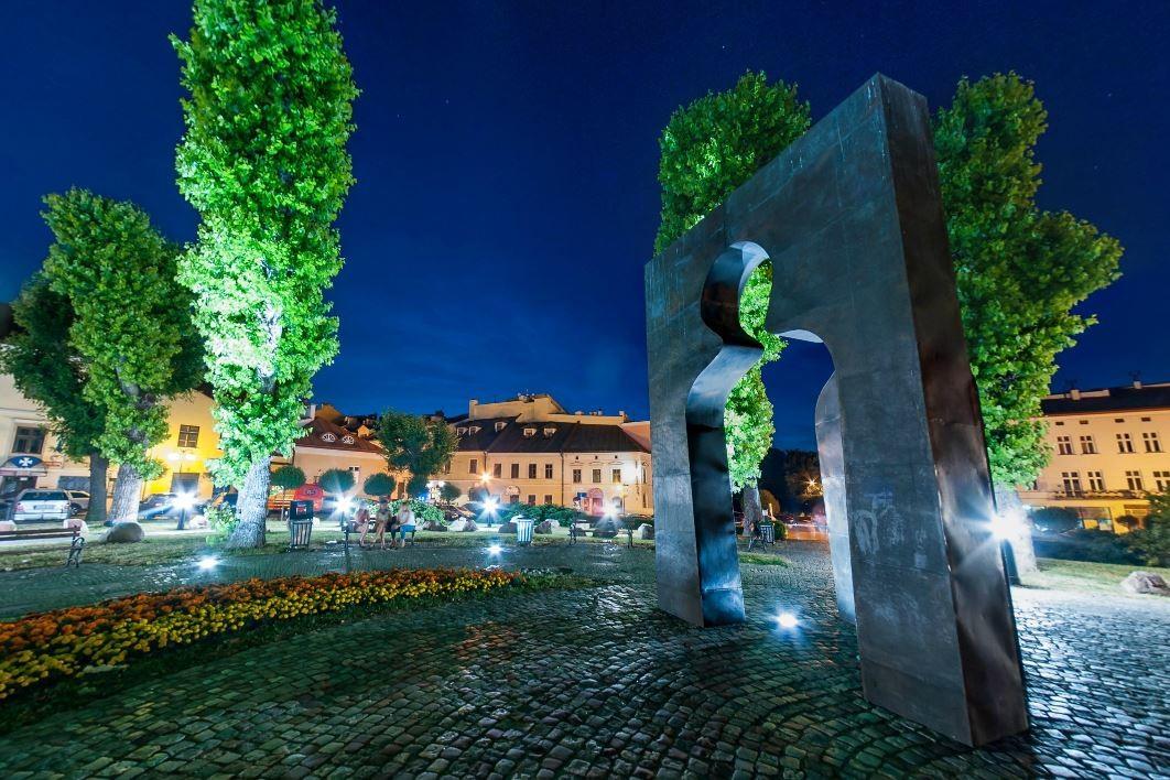 Plac Cichociemnych w Rzeszowie, pomnik Józefa Szajny Przejście w III tysiąclecie, panorama sferyczna, fotograf Paweł Litwin
