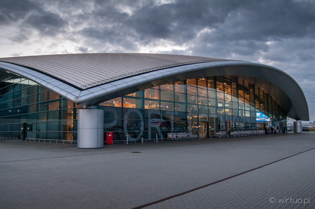 Fotografia budynku nowego terminalu lotniska w Jasionce
