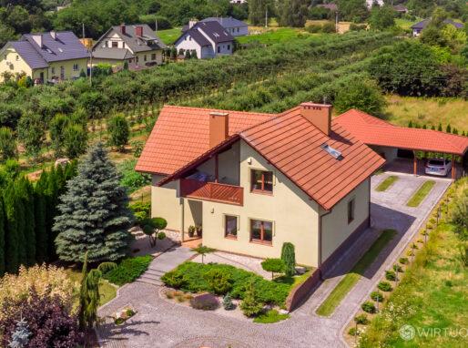 Zdjęcie domu jednorodzinnego z drona