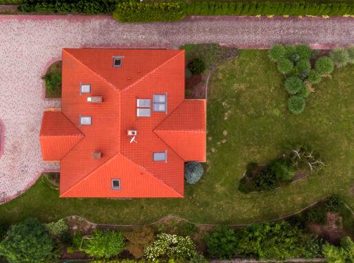 Zdjęcie działki z domem z drona